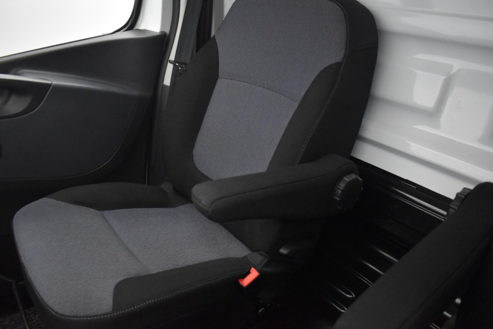 Opel-Vivaro-11